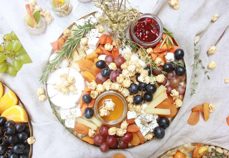 Bankatering Поднос с сыром, виноградом, сушеными абрикосами и попкорном