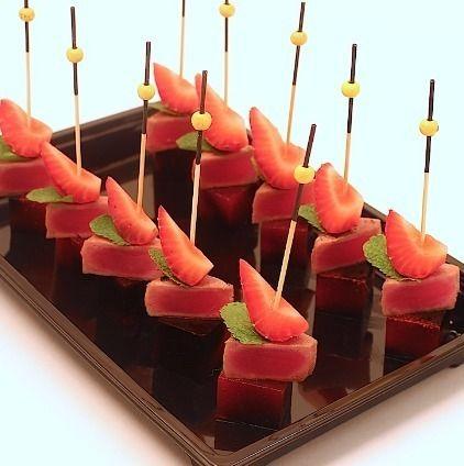 Ministerstvo Catering Company Тунец с клубничным мармеладом и бальзамическим кремом