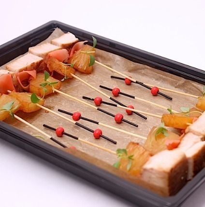 Ministerstvo Catering Company Канапе с филе индейки и ананасом фламбе