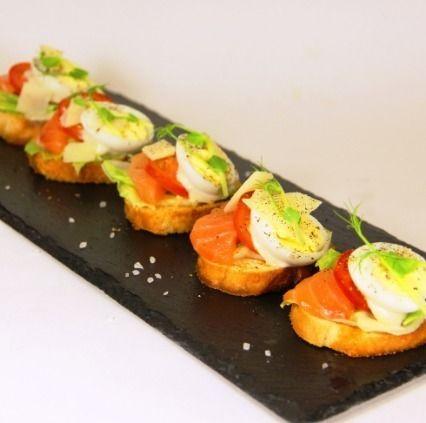 Ministerstvo Catering Company Брускетта с семгой и соусом «Цезарь»