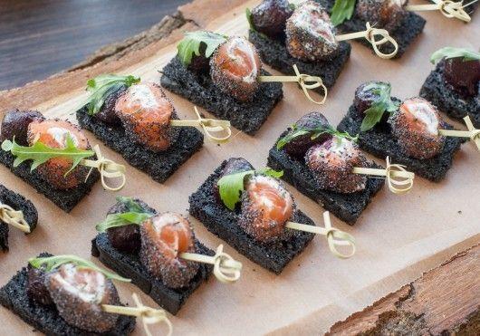 САДко Сatering Черный тост с рулетиком из лосося и шариком свеклы
