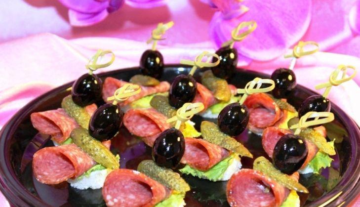 Алафа Кейтеринг Канапе из салями с корнишоном и маслиной