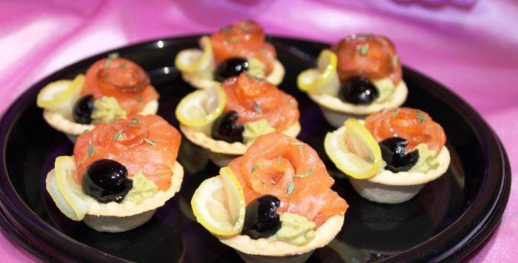 Алафа Кейтеринг Тарталетка с семгой и авокадовым соусом