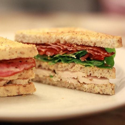 GoodyFoody Клаб-сэндвич с беконом, яйцом, овощами, салатом и зеленью