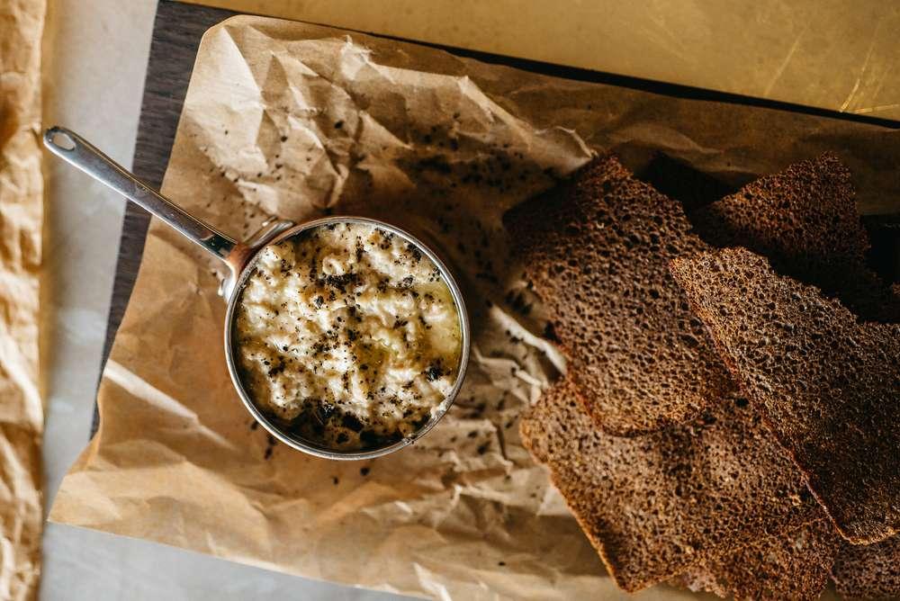 Craft Kitchen Форшмак из сельди с бородинскими чипсами