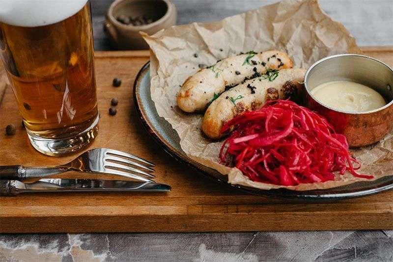 Craft Kitchen Колбаски из курицы с маринованной красной капустой
