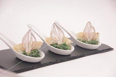 Ministerstvo Catering Company Филе палтуса на подушечке из шпината с чипсом лука-шалот