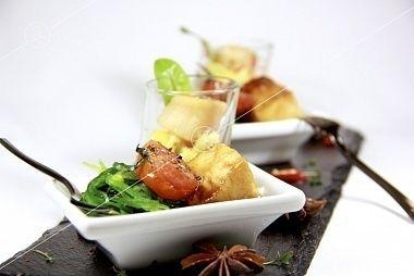 Ministerstvo Catering Company Лосось в тайском стиле с салатом чука и ореховым соусом