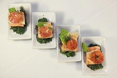 Ministerstvo Catering Company  Филе лосося фаршировное соусом песто на подушке из шпината