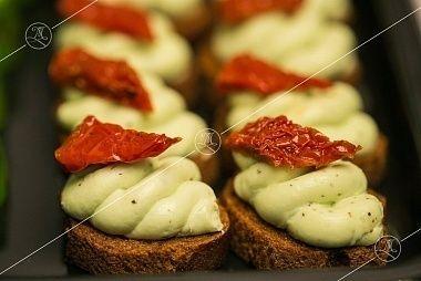 Ministerstvo Catering Company Брускетты с молодым козьим сыром и ломтиком вяленого томата