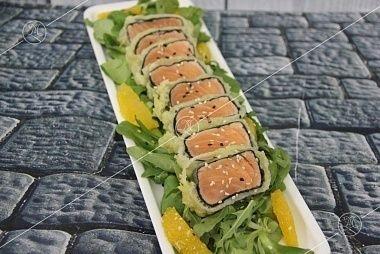 Ministerstvo Catering Company Салат с лососем под медово-цитрусовой заправкой в азиатском стиле