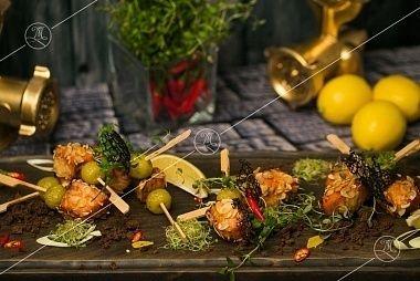 Ministerstvo Catering Company Шпажка с лососем в панировке из миндальной стружки райским яблочком и медовым соусом карри