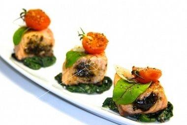 Ministerstvo Catering Company Фаршированный лосось с соусом песто
