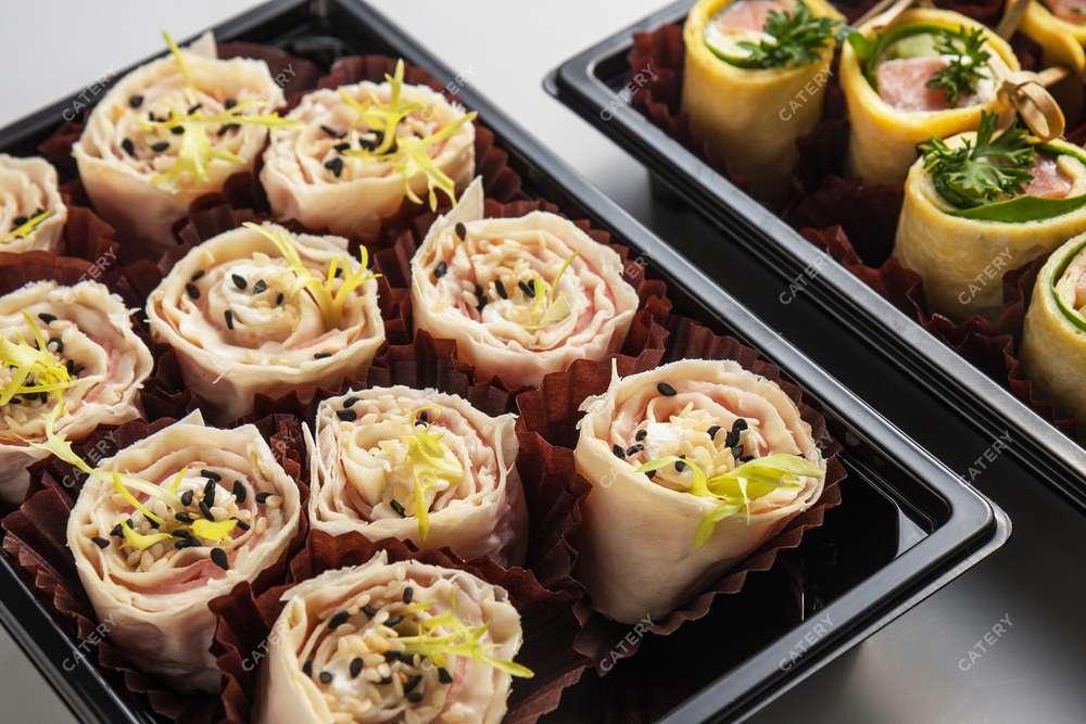 Tasty Catering Рулетик из ветчины с сырным муссом и огурцом в тонком лаваше