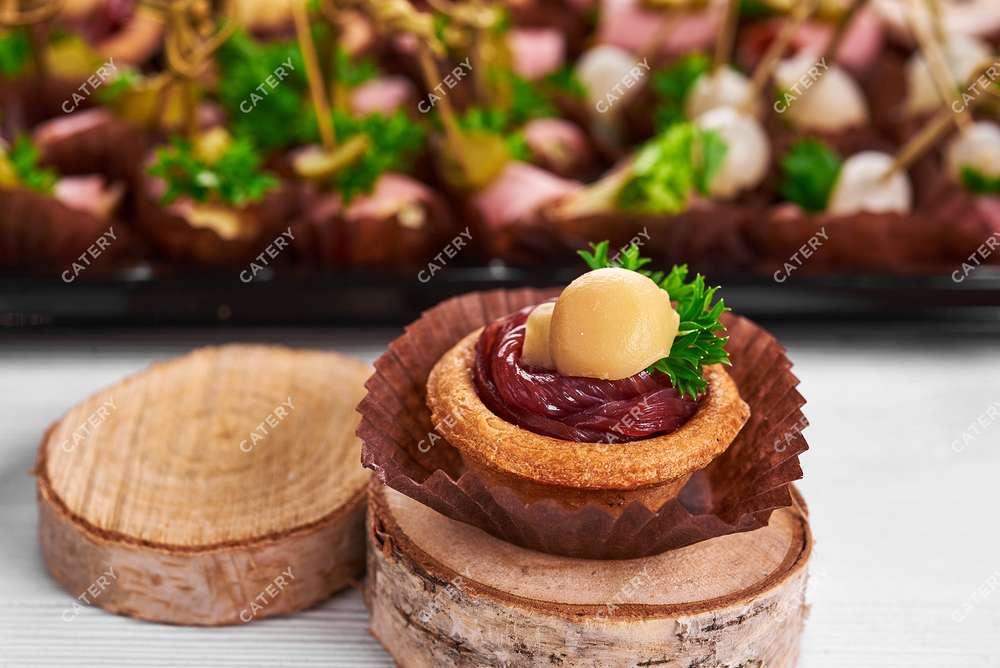 Tasty Catering Канапе с копчёным мясным балыком и маринованным грибочком