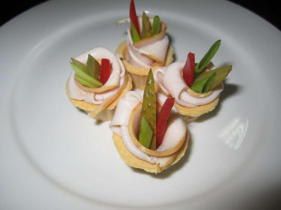 Tasty Catering Тарталетка с филе индейки горячего копчения, овощами и сырным муссом