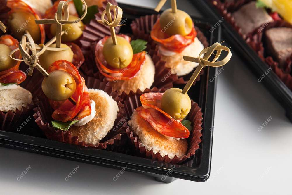 Tasty Catering Испанская колбаска Чоризо с оливкой