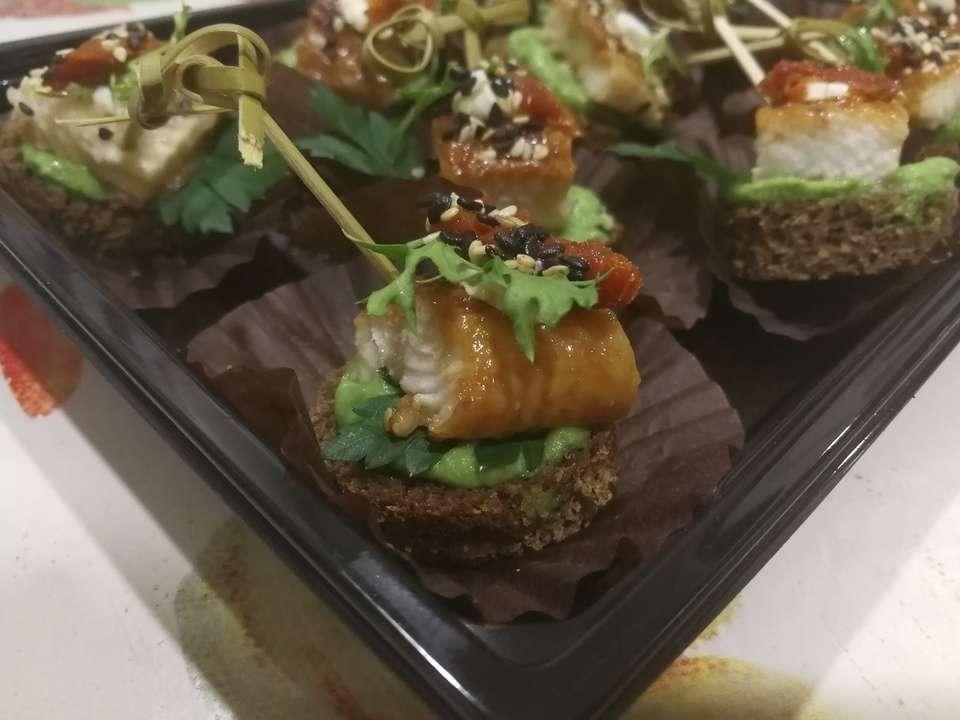 Tasty Catering Канапе со сладким японским угрем на тосте из черного хлеба с вялеными томатами