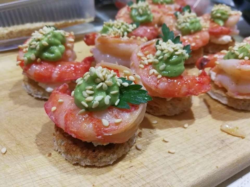 Tasty Catering Тигровая креветка на белом тосте с «гуакамоле» из авокадо