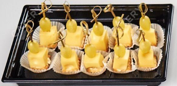 Tasty Catering Виноград с сыром Маасдам на соленом крекере