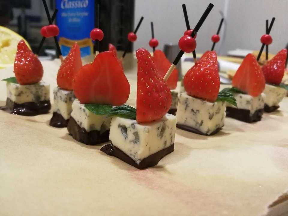 Tasty Catering  Голубой сыр со свежей клубникой и горьким шоколадом