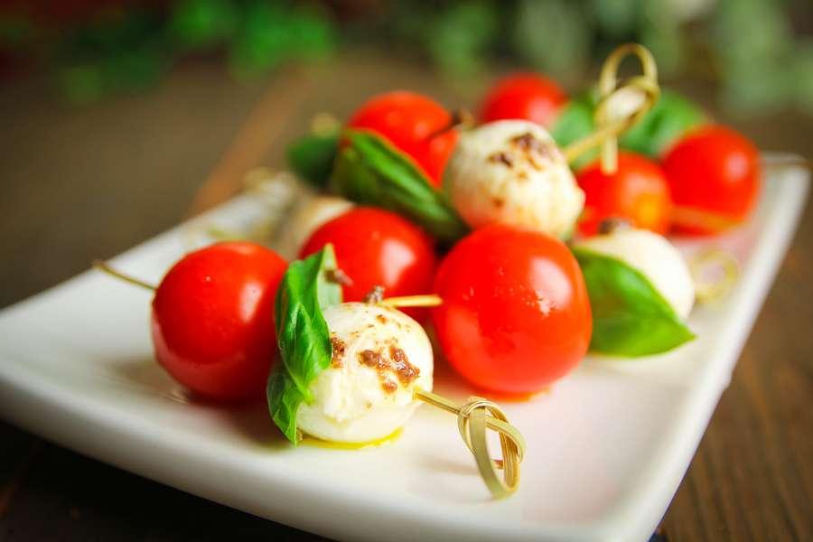 Tasty Catering  Мини «Капрезе» с шариками моцареллы и соусом «Песто»