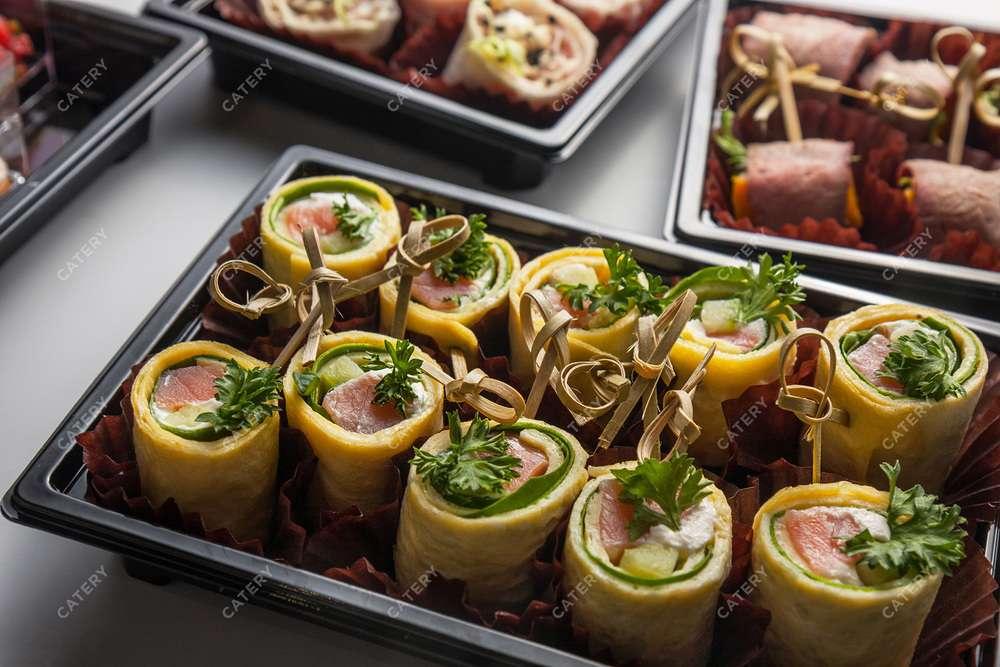 Tasty Catering Блинчик, фаршированный лососем и шпинатом
