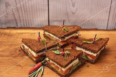 Ministerstvo Catering Company Вегетарианские мини-сэндвичи на тостовом хлебе соусом песто