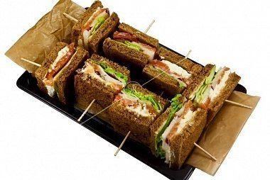 Ministerstvo Catering Company  Мини-сэндвичи на тостовом хлебе со слабосоленой семгой и медовым соусом