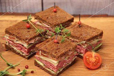 Ministerstvo Catering Company Мини-сэндвичи на тостовом хлебе с миланским салями и листом салата