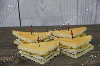 Ministerstvo Catering Company  Мини-сэндвичи на тостовом хлебе с копченой индейкой и брусничным соусом