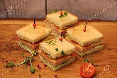 Ministerstvo Catering Company  Мини-сэндвичи на тостовом хлебе с ветчиной и сыром