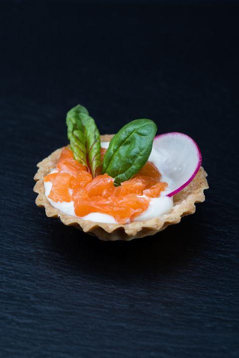 Жаворонок Тарталетка с лососем и сырно-сливочным кремом