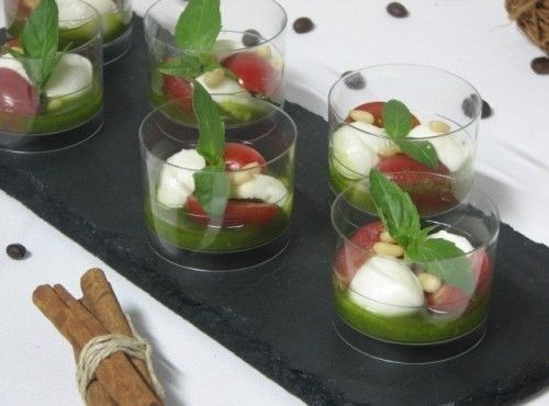 Villaggio fest Капрезе — мини-моцарелла с помидорчиками Черри и соусом песто