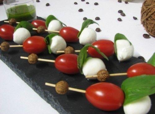 Villaggio fest Мини-моцарелла с помидорками черри и соусом песто