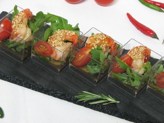 Villaggio fest Тигровая креветка с рукколой, помидором черри и соусом Унаги