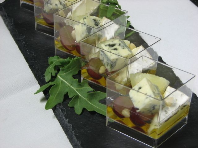 Villaggio fest Сыр бри и дорблю с ананасом виноградом, мёдом кедровыми орешками