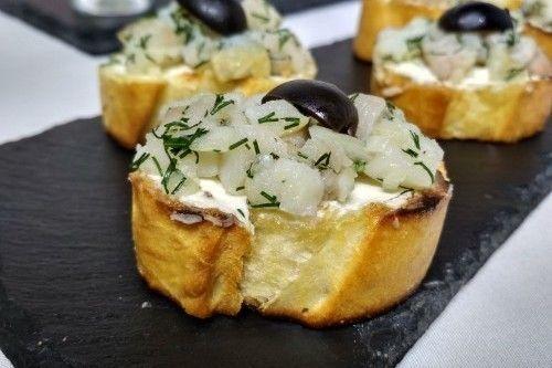 Villaggio fest Брускетта с масляной рыбой, заправленной соусом по-каталонски