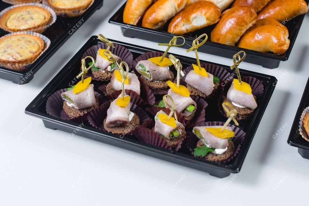 Tasty Catering Язык с маринованным огурчиком и хреном на тосте