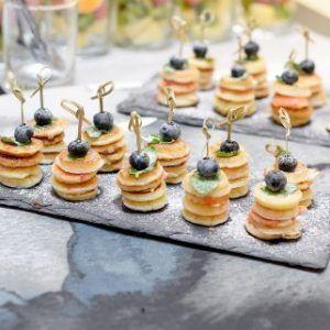 Young Catering Коробка мини-панкейков с джемом и кленовым сиропом