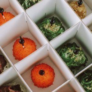 Young Catering Коробка боллов с клубникой в сливочном сыре, посыпанной красной икрой тобико