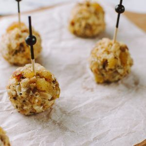 Young Catering Коробка боллов со сливочным и голубым сыром, посыпанных орехами, курагой изюмом
