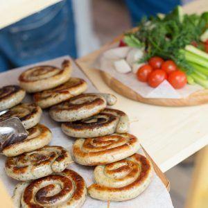 Young Catering Коробка баварских колбасок на гриле, с луком и горчицей