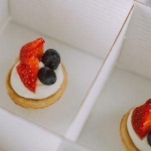 Young Catering Коробка корзинок из вафельного теста с ягодами и сливочным сыром