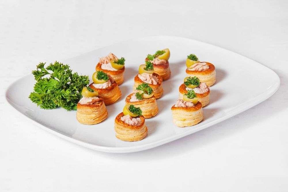 Cote Catering Буше с муссом из тунца оливкой Кумато и кусочками фризе