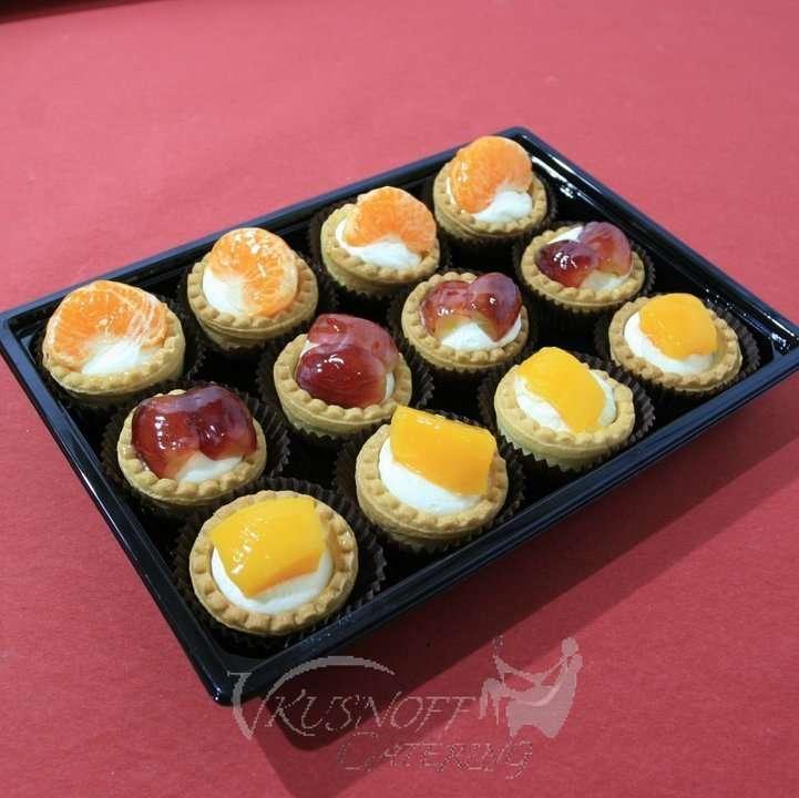 Vkusnoff Catering Ассорти песочных корзиночек с кремом Шантим и фруктами