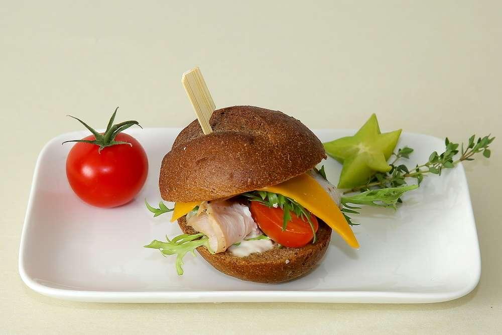 Лаборатория Вкуса Сэндвич из французской булки с сыром чеддер и карбонатом