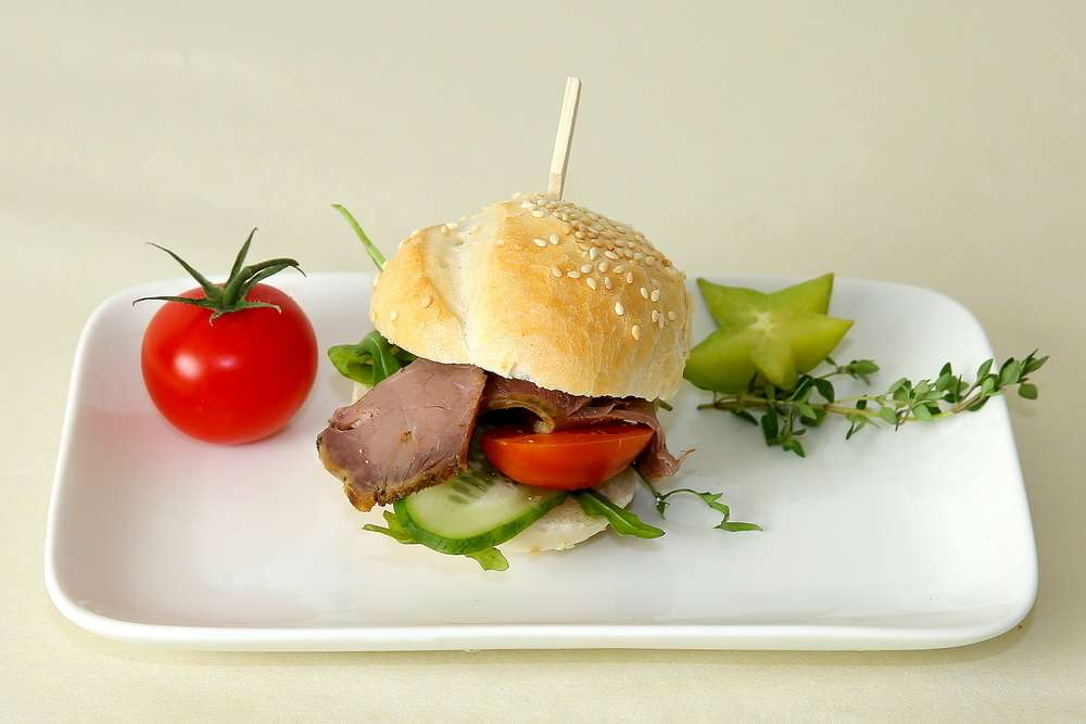 Лаборатория Вкуса Сэндвич из французской булки с ростбифом