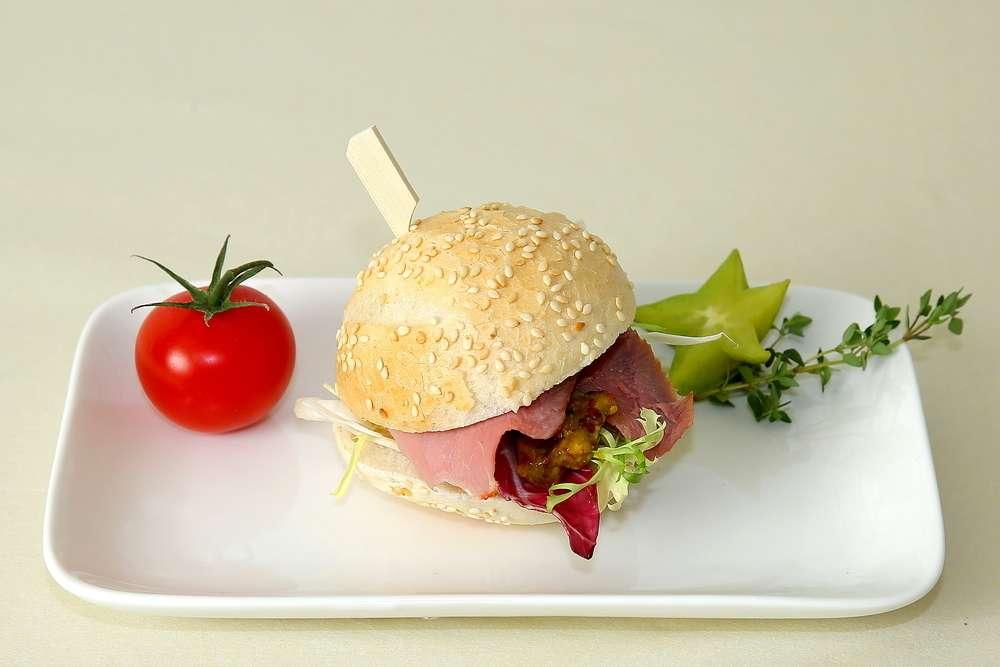 Лаборатория Вкуса Сэндвич из французской булки с уткой и дижонским соусом