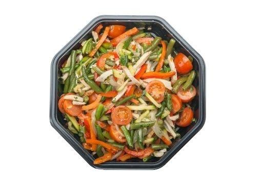 Арт Нуво Кейтеринг Wok — салат с курицей и овощами